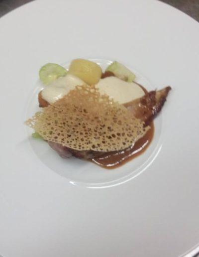 Poitrine de faisan, bouchon de pomme de terre, choux de Bruxelles, kumquat confit, sabayon poivre de timut, tuile de pain