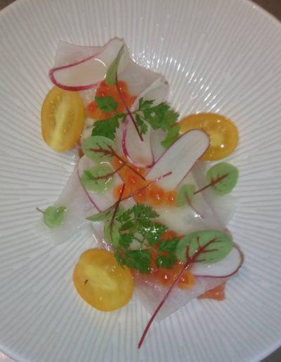 Saumon d'Isigny daikon gribiche oseille tomate
